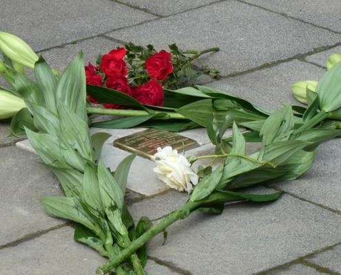 Stolperstein Hermann Hußmann mit Rosen und Lilien 29.6.2020