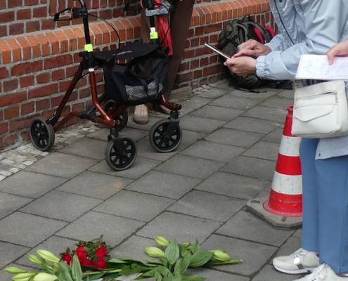 Frau M.Hußmann fotografiert den Stolperstein zur Würdigung ihres Onkels Hermann Hußmann 29.6.2020