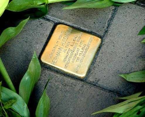 Stolperstein Hermann Hußmann im Gehweg eingebaut